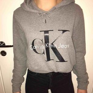 Säljer nästan oanvänd Calvin Klein hoodie som köptes för 1000kr men säljs nu för 750kr. Pris kan diskuteras. Jättefin men passar inte mig längre. Kan frakta eller mötas upp :)