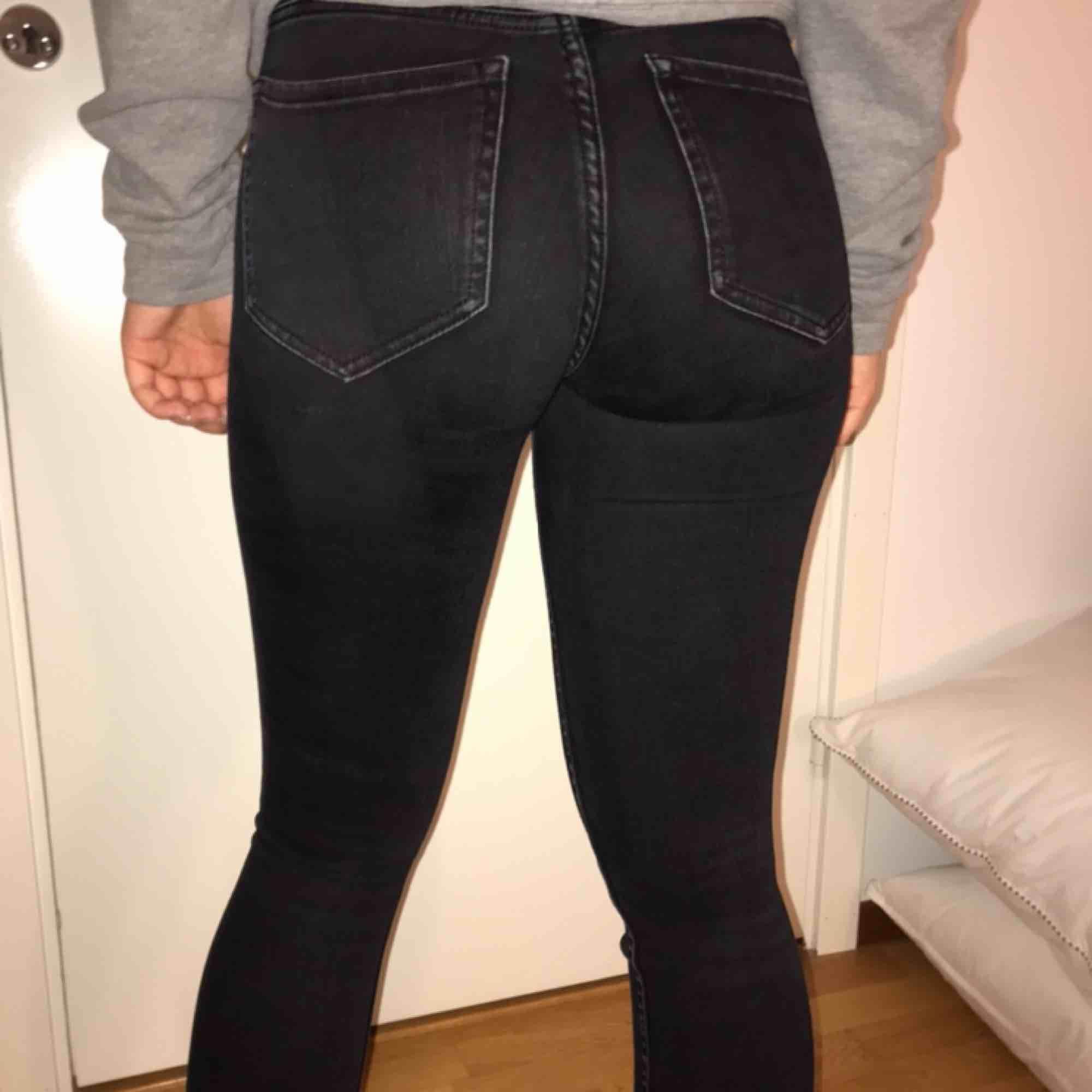 Säljer dessa snygga jeans från zara. Knappt använda och säljer för de ej används längre. Väldigt stretchiga så kan passa på någon som har storlek 36. Kan frakta eller mötas upp :). Jeans & Byxor.