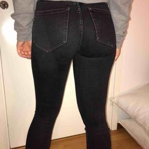 Säljer dessa snygga jeans från zara. Knappt använda och säljer för de ej används längre. Väldigt stretchiga så kan passa på någon som har storlek 36. Kan frakta eller mötas upp :)