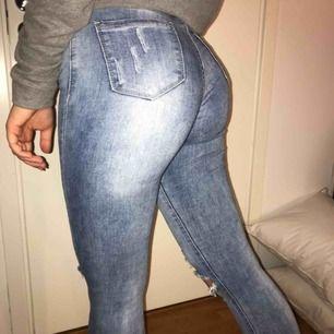Säljer dessa snygga jeans jag köpte för jätte längesen. Använda men fortfarande i ett bra skick och sitter väldigt snyggt. Kan passa på någon som har 36. Kan frakta eller mötas upp :)