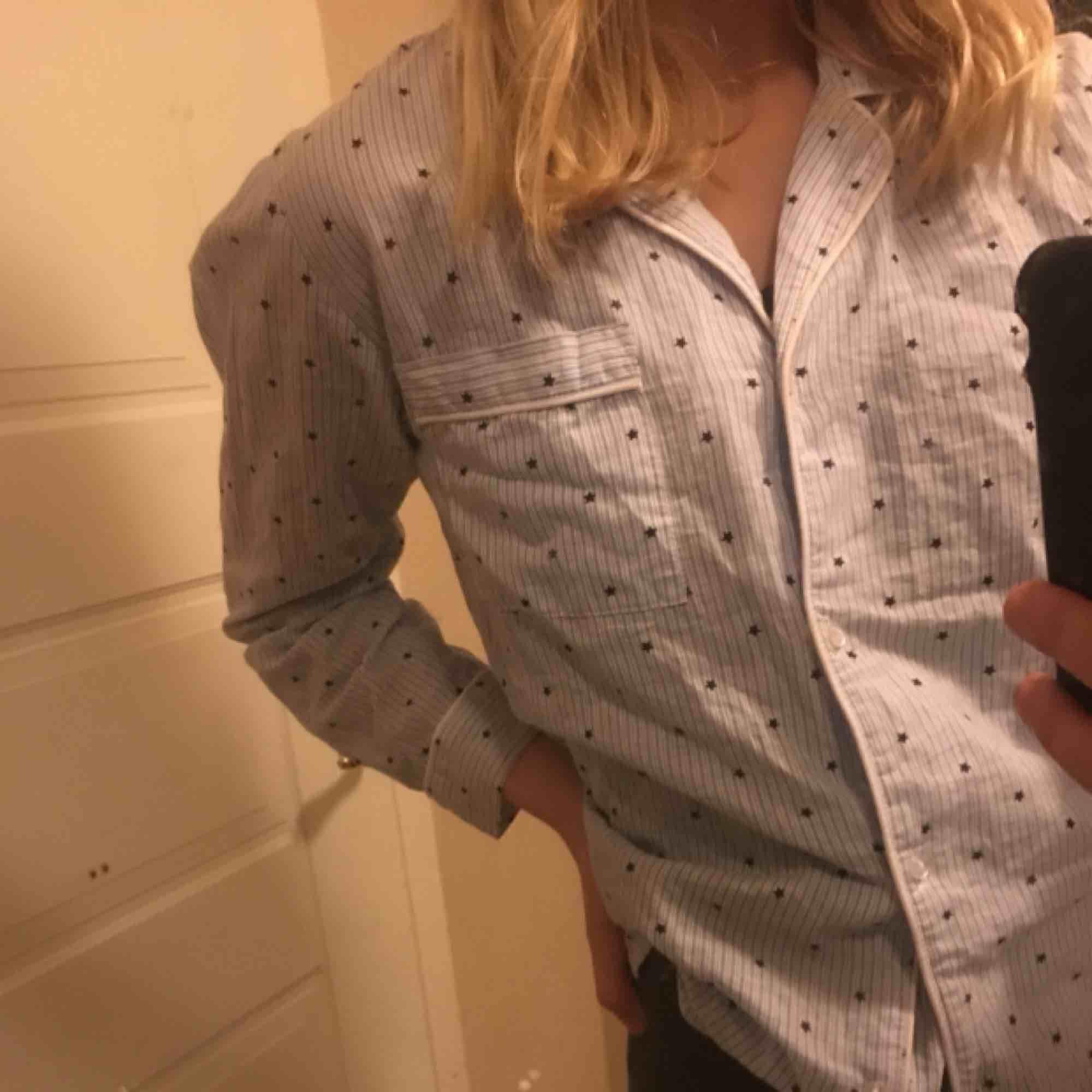 Såå snygg skjorta med stjärnor⭐️⭐️⭐️⚡️⚡️Perfekt till fest eller med en tröja över🤭🤭⚡️😜. Blusar.