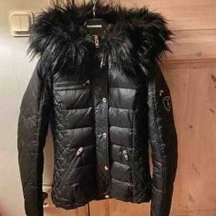 hej, säljer nu min Rock and blue jacka som är i nyskick då den endast är använd ett par gånger. Jackan är i storlek 34 och det är fuskpäls. Beställd från jackan.com för 2490kr.