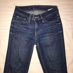 Ett par tighta Levi's jeans som inte kommer till användning då jag vuxit ur dem!
