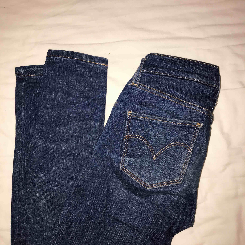 Ett par tighta Levi's jeans som inte kommer till användning då jag vuxit ur dem! . Jeans & Byxor.