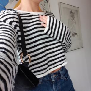 Kort stickad tröja, lite oversize. Storlek S men passar även XS och M. Superbra skick, använd 2-3ggr. Köpt på H&M i Köpenhamn för 250kr.
