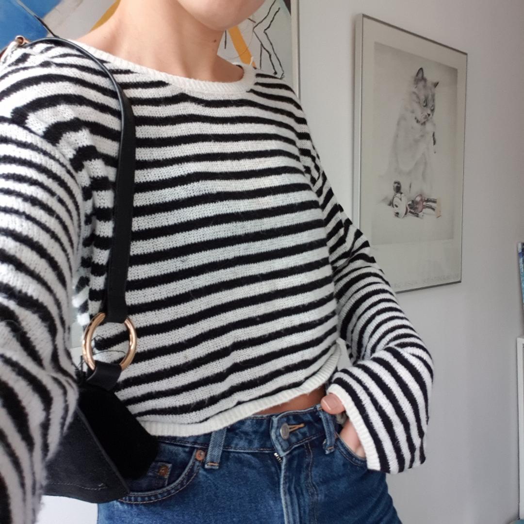 Kort stickad tröja, lite oversize. Storlek S men passar även XS och M. Superbra skick, använd 2-3ggr. Köpt på H&M i Köpenhamn för 250kr.. Tröjor & Koftor.