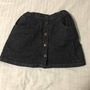 Liten kjol i jeans. Gullig och passar för dig runt 11-12 års åldern. Går att anpassa vid midjan och göra större. Kan passa till äldre åldrar också.