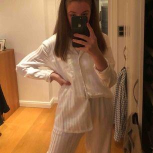 HUR snygg pyjamas? Nejmen denna är så så så fin. Denna kommer du sova som en prinsessa i! Den känns så lyxig och är så himla skön. denna kan man ju exempelvis också använda på fest. Säljer pga dubbel upplaga 💘💘