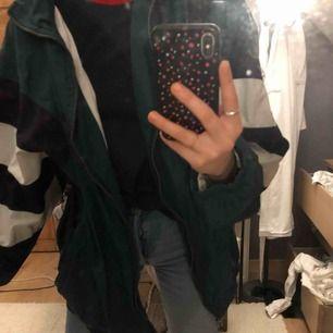 Säljer min skit snygga oversized vindjacka från Adidas, köpt vintage i LA. Varmt kvalité inuti så värmer! I super bra skick😁⚡️