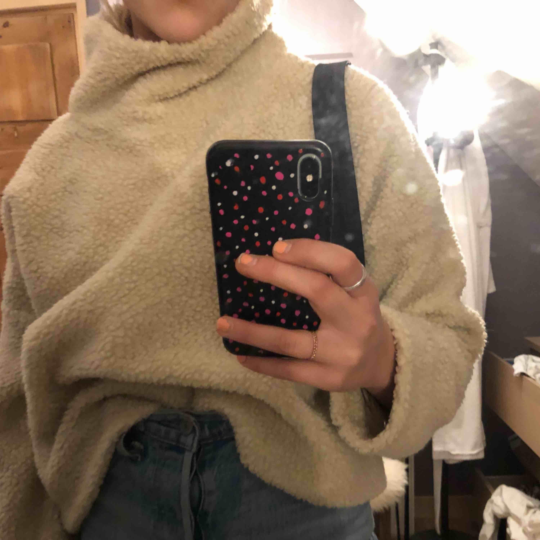 Säljer denna super mysiga tröjan från Weekday då den aldrig kommer till användning, så i nyskick. Liten krage och perfekt nu till vintern!😁⚡️. Tröjor & Koftor.