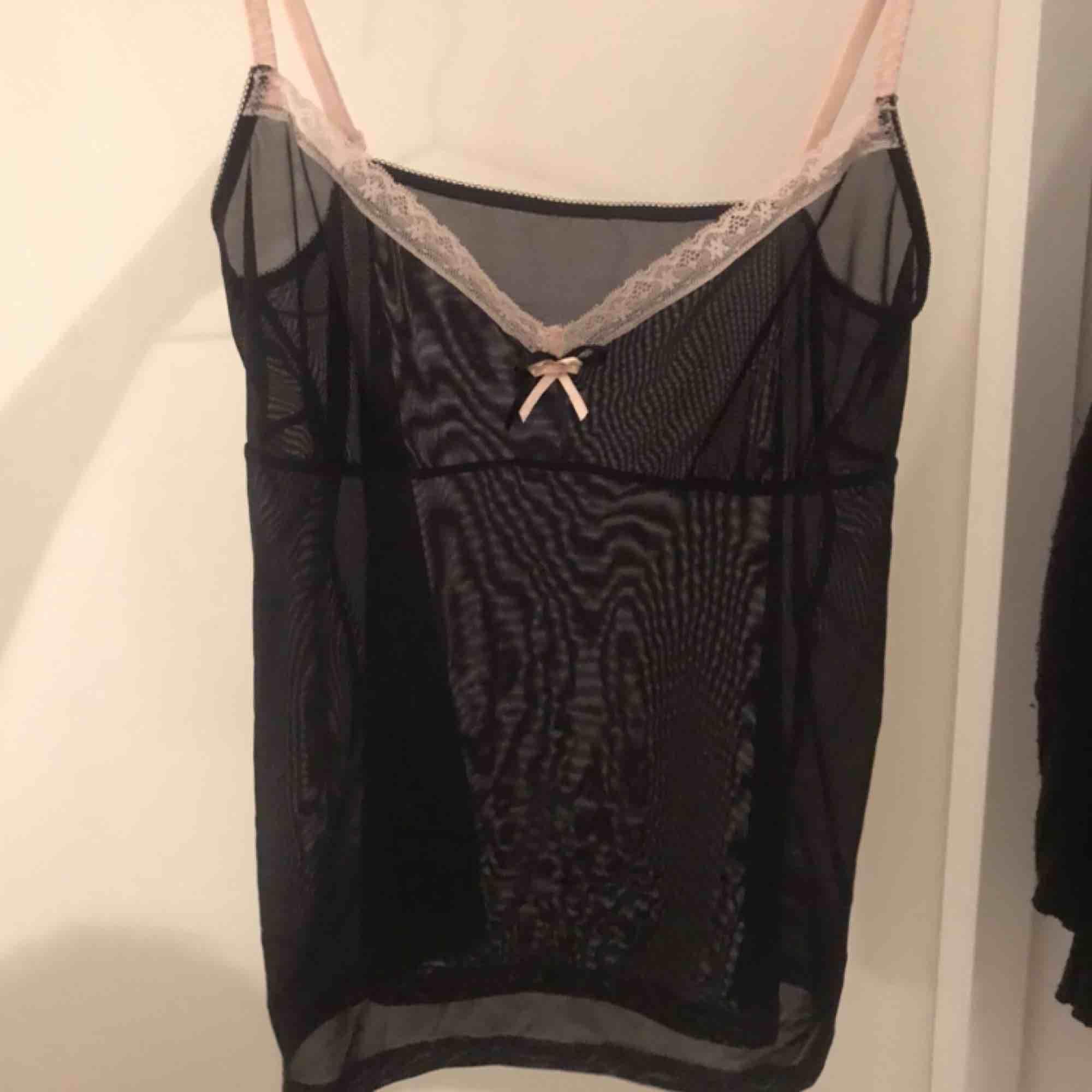 Jättefint svart genomskinligt linne, har oftast storlek m och funkar men är lite liten på mig. Är dock stretchigt material. Skjortor.