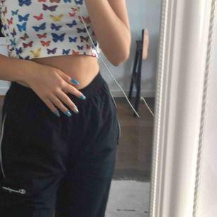 Track pants från Champion, väldigt sparsamt använda. Köpta nu i sommar meeen har blivit för små :( Frakt 54