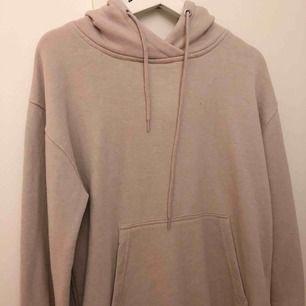 Beige hoodie med lite vidare ärmar, jättemjuk och mysig inuti. Knappt använd :) + fraktkostnad