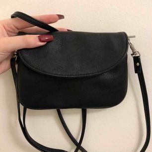 En liten svart väska - inte så rymlig, men behöver man inte mycket med sig så funkar den perfekt!