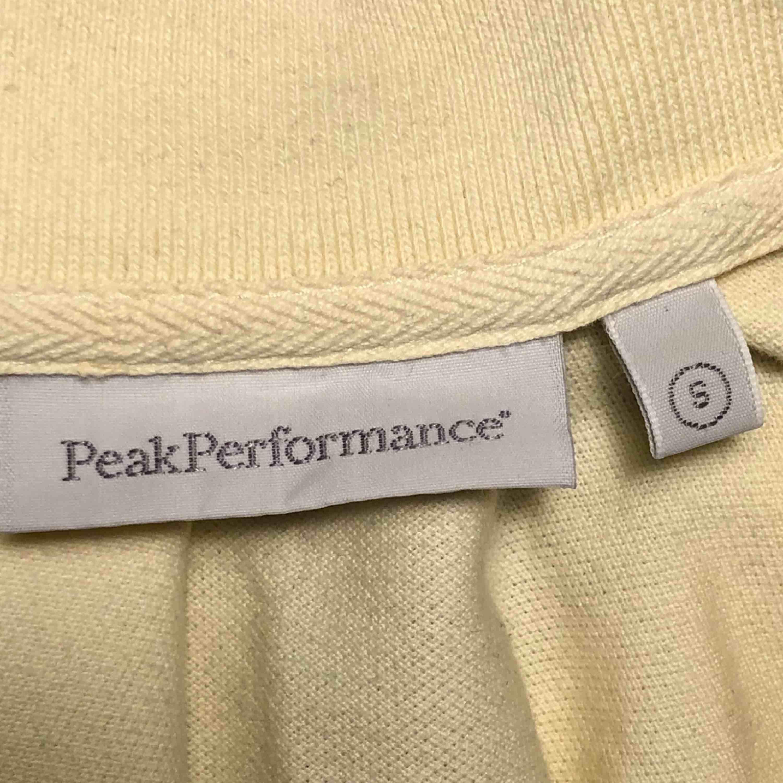 Supersnygg Peak Performance Piké i gott skick! Säljer på grund av alldeles för liten! Köpare står för frakt ❤️.. T-shirts.