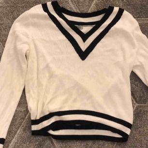 Fin v-ringad tröja från Hm. Storlek M men skulle säga att den passar S också då jag själv är det.