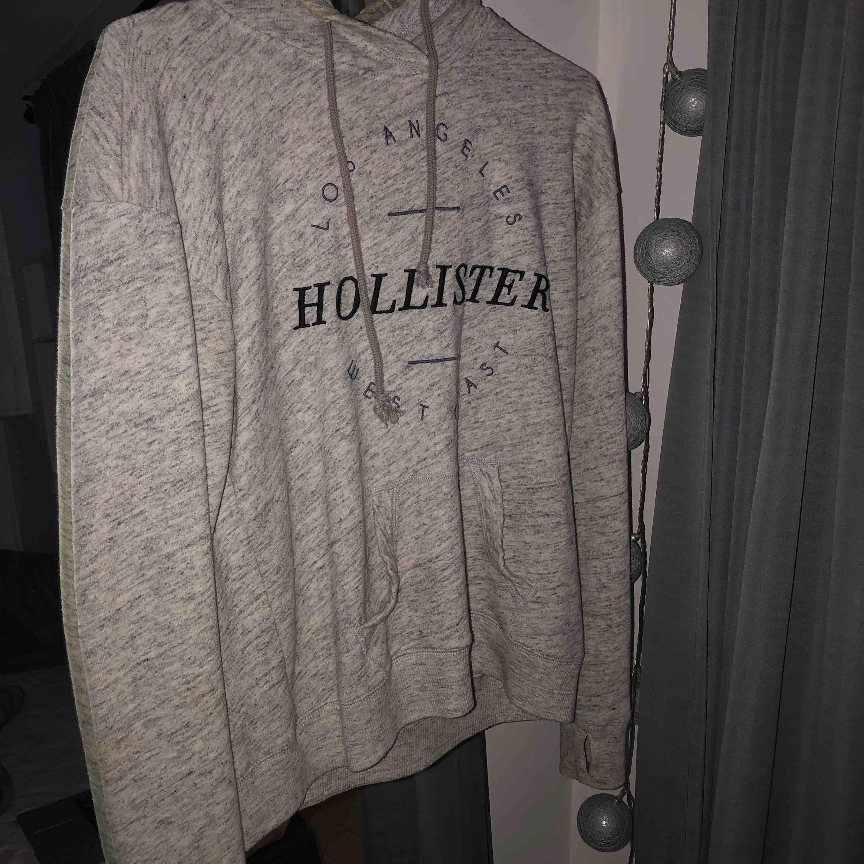 Hoodie från Hollister. Använd men inte sliten alls. Köpt för kanske 2 år sedan men inte använd på ungefär 1 år. Storlek M och inte figursydd. Köparen står för frakt. Huvtröjor & Träningströjor.