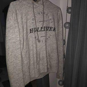 Hoodie från Hollister. Använd men inte sliten alls. Köpt för kanske 2 år sedan men inte använd på ungefär 1 år. Storlek M och inte figursydd. Köparen står för frakt
