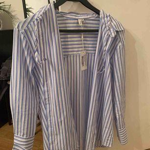 En skit snygg randig skjorta från Nelly. Kostade runt 300, när jag köpte den förra året och säljer den nu som det inte riktigt är min stil längre. Aldrig använt, lappen är till och med kvar.