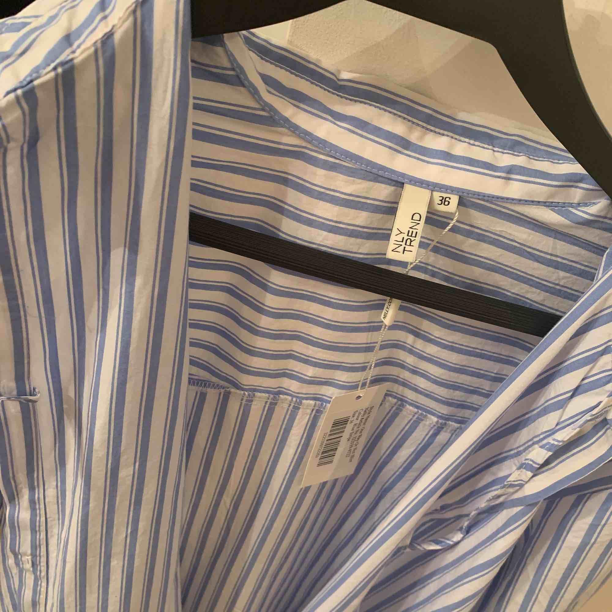 En skit snygg randig skjorta från Nelly. Kostade runt 300, när jag köpte den förra året och säljer den nu som det inte riktigt är min stil längre. Aldrig använt, lappen är till och med kvar.. Skjortor.