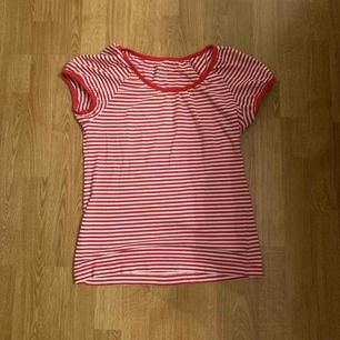 Gullig tröja från Kappahl, kom inte ihåg priset men kanske runt 70-80 kronor.   Storlek: S och går ner till midjan ungefär.