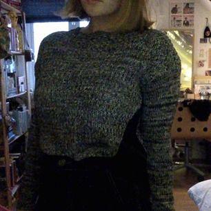 stickad långärmad tröja, svart och grå.