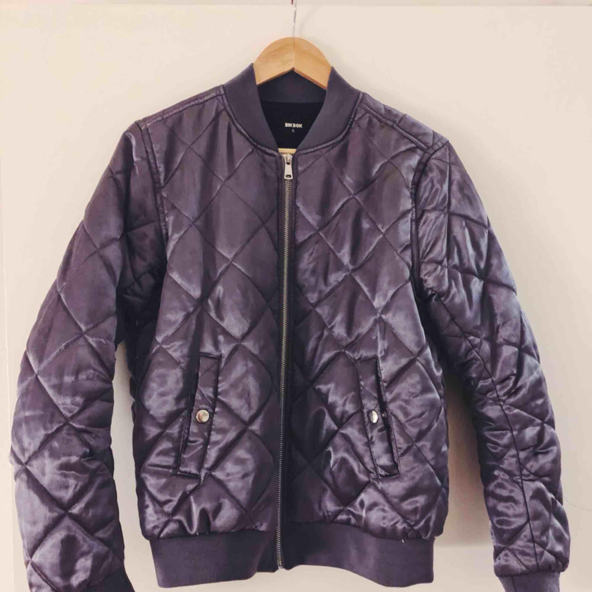 Jacka som skimrar fint i lila 💜 har för många jackor så används tyvärr inte ofta nog. Frakt tillkommer. Jackor.