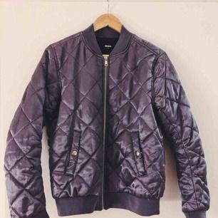 Jacka som skimrar fint i lila 💜 har för många jackor så används tyvärr inte ofta nog. Frakt tillkommer