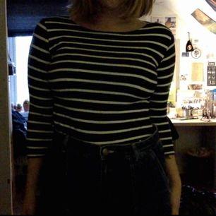 randig tröja, blå/svart o vit randig