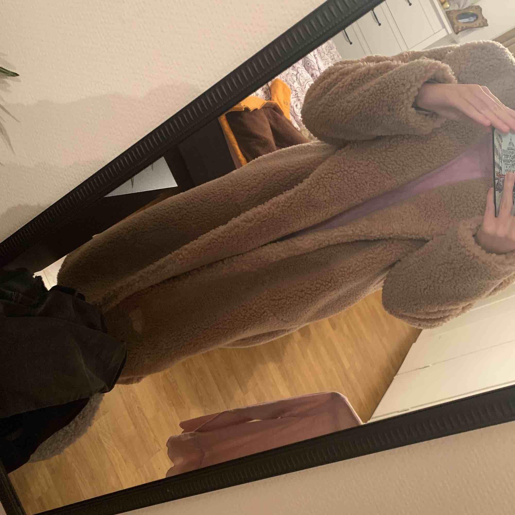 Lång Teddy kappa jag köpte förra året för ungefär 800 kronor på hm. Aldrig använt, då jag inte kände den passade min stil. Pris kan diskuteras.. Jackor.