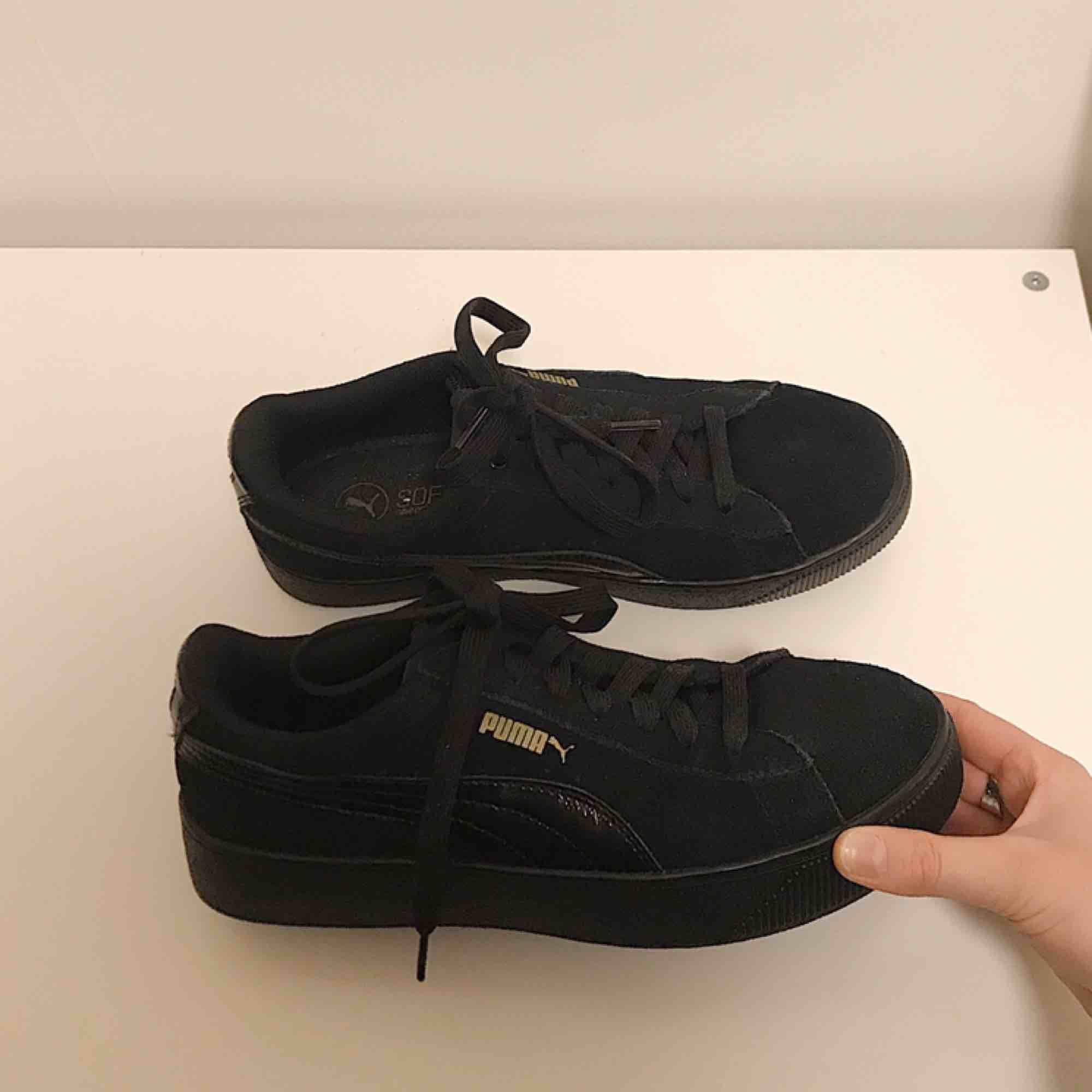 Säljer ett par otroligt snygga skor ifrån puma✨ säljer pågrund av att de tyvärr är för stora för mig:(, nyskick! Frakt tillkommer👼🏼. Skor.