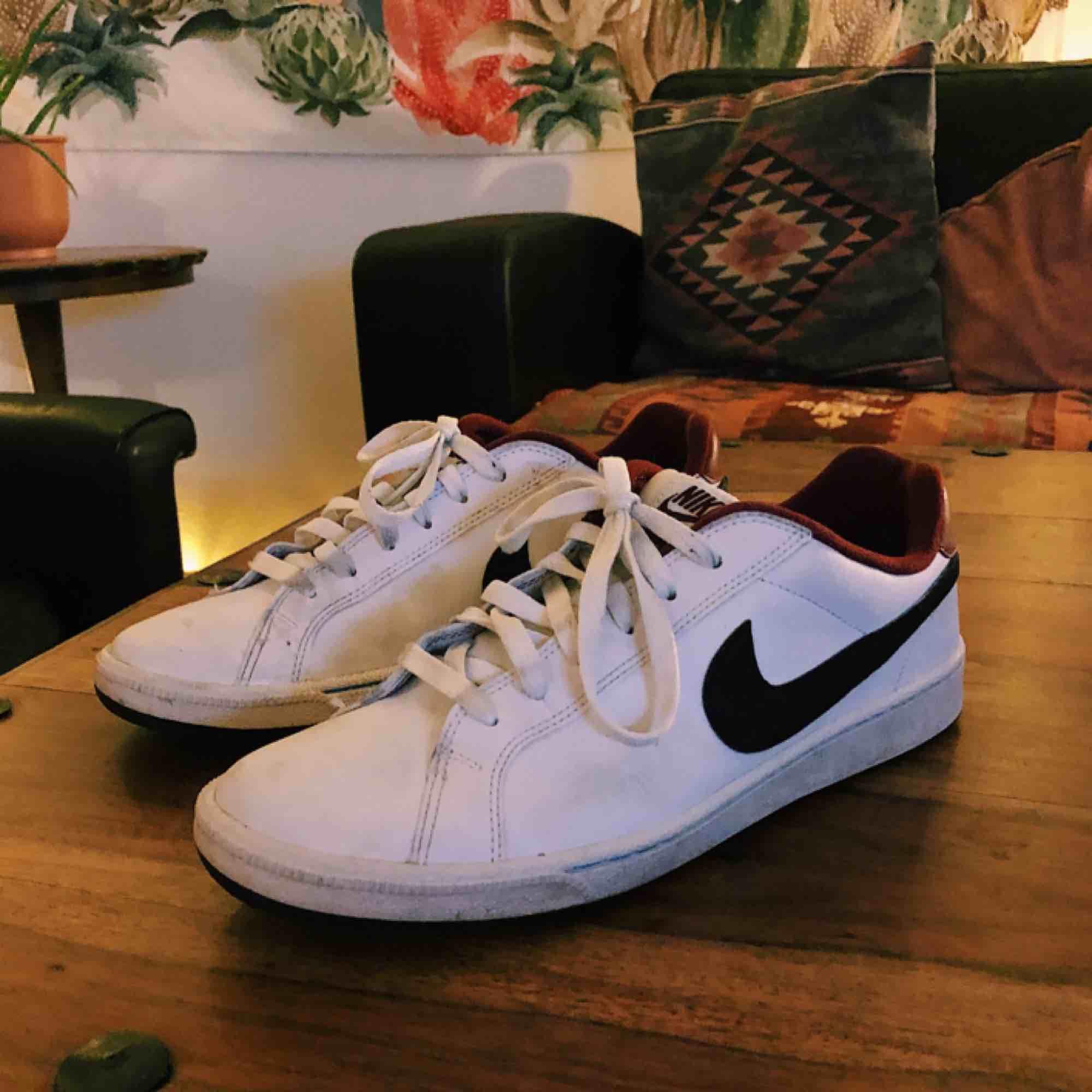 Coola Nike köpta second hand. Storlek 41 men passar mig som har 40. Frakt tillkommer. Skor.