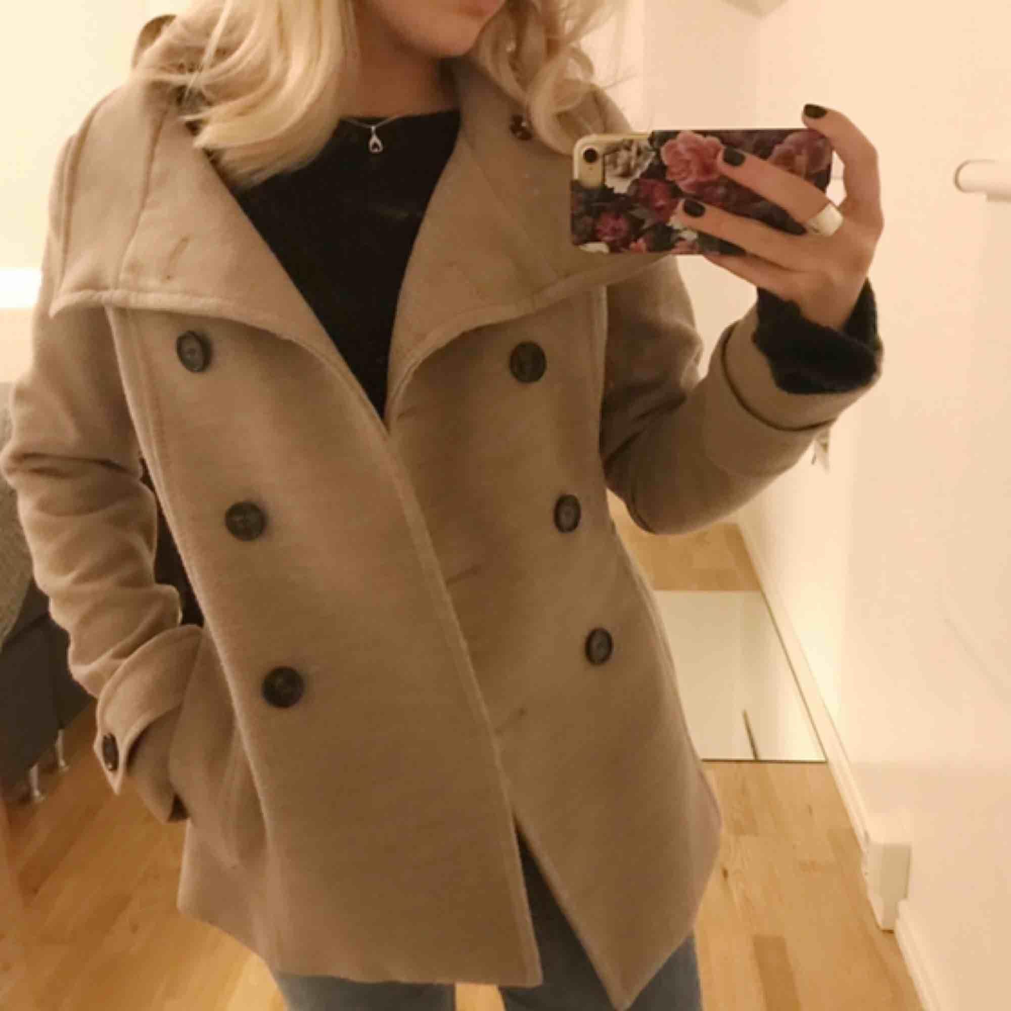 Säljer denna super fräscha kappa ifrån Hm⚡️En beige kappa i kortare modell, säljs pågrund av att den inte kommer till användning längre, frakt tillkommer👼🏼. Jackor.