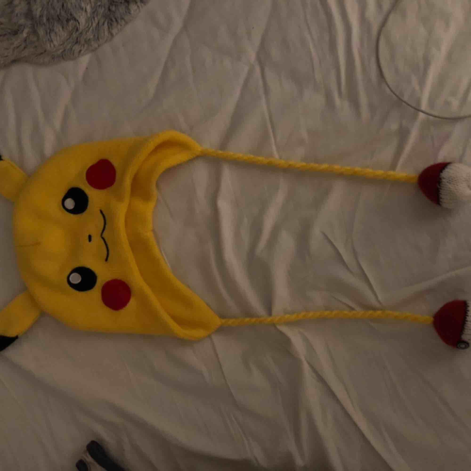Säljer en supersöt pikachu mössa, hör av dig om du är intresserad 💓💕. Accessoarer.