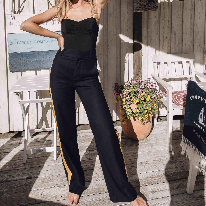 Troligtvis världens finaste byxa som tyvärr inte kommer till användning. Fint skick och köpte dessa för 599 kr. Marinblåa med gula sidor. Jag är 175 cm och vanligtvis en 34 runt midjan. Perfekt passform! köpare står för frakt!💘. Jeans & Byxor.