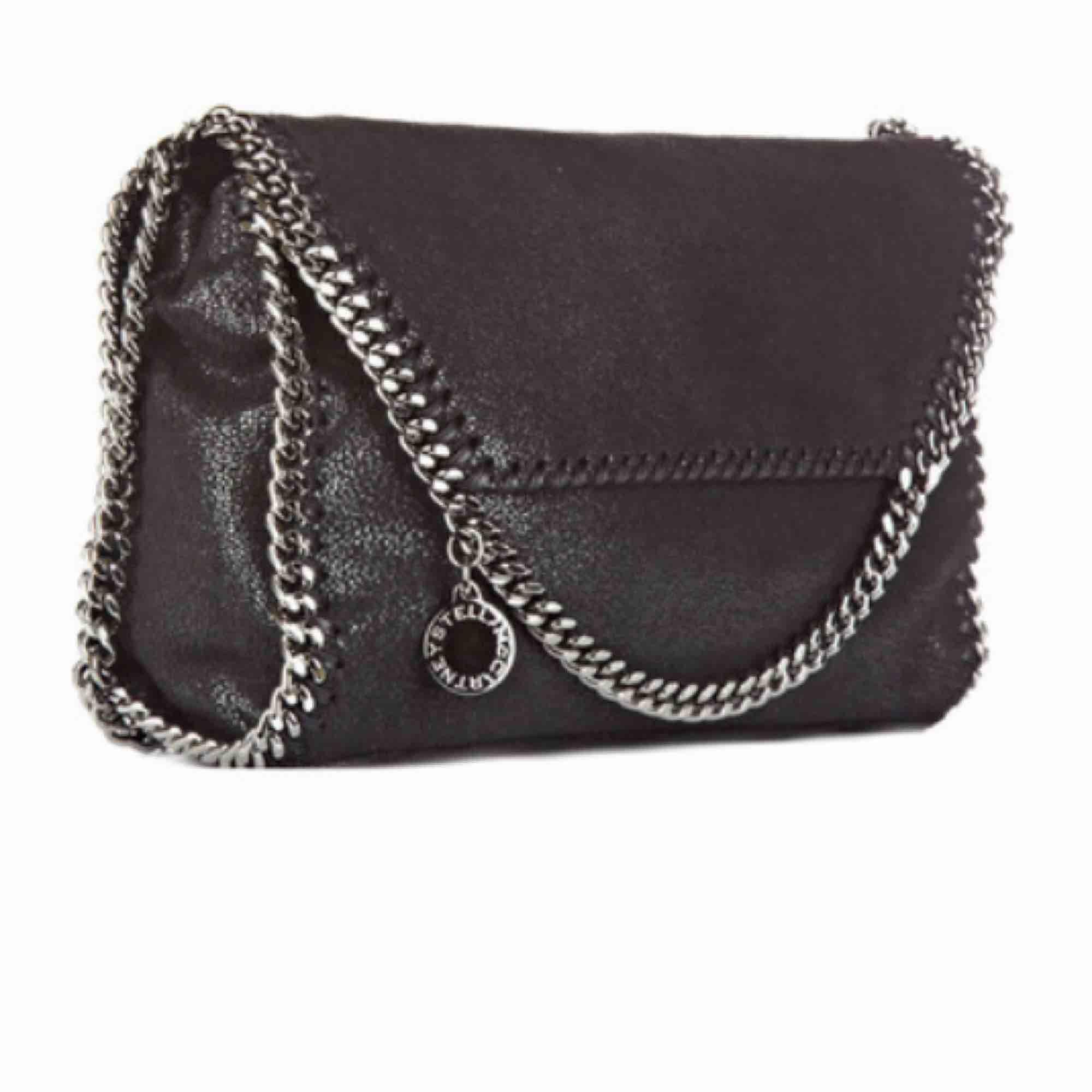 Söker en svart Stella McCartney väska (fejk) för en billig peng. Säljer du denna så hör av dig :). Väskor.