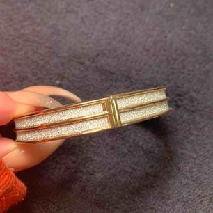 Första bilden: ett fint armband i guld med silver detaljer, 80kr Andra bilden: armband i guld med silverstenar i, 30kr Tredje bilden:armband med pärlor, 20kr Köparen står för frakten