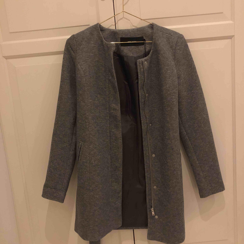 helt ny kappa från vero moda, helt oanvänd💖 säljer pga den inte är min stil längre, frakt tillkommer💓. Jackor.