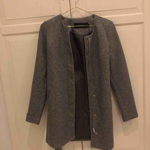 helt ny kappa från vero moda, helt oanvänd💖 säljer pga den inte är min stil längre, frakt tillkommer💓
