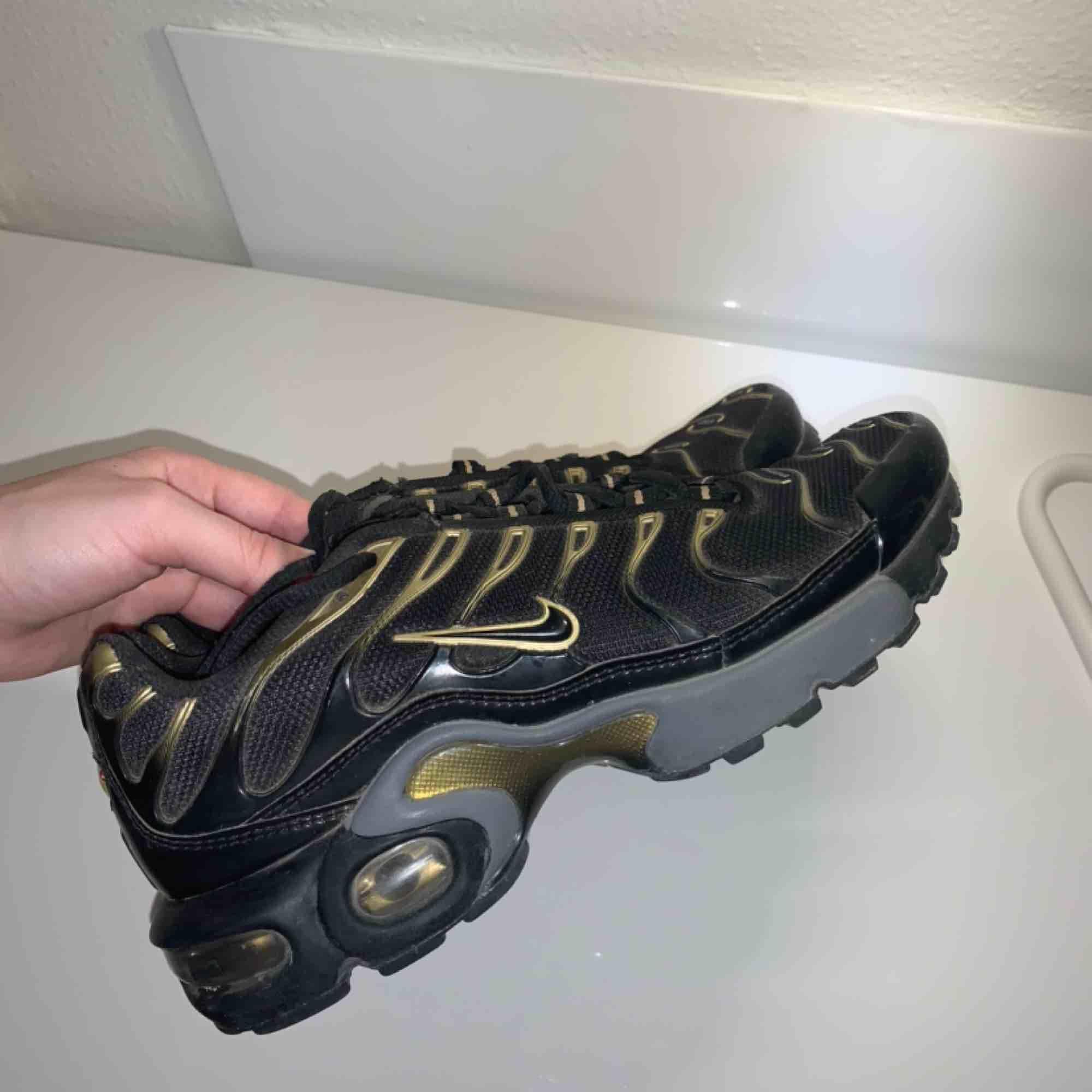 Nike air max plus gold. Är i superfint skick, använda typ 2 ggr. Köparen står för frakt🐲🌹. Skor.
