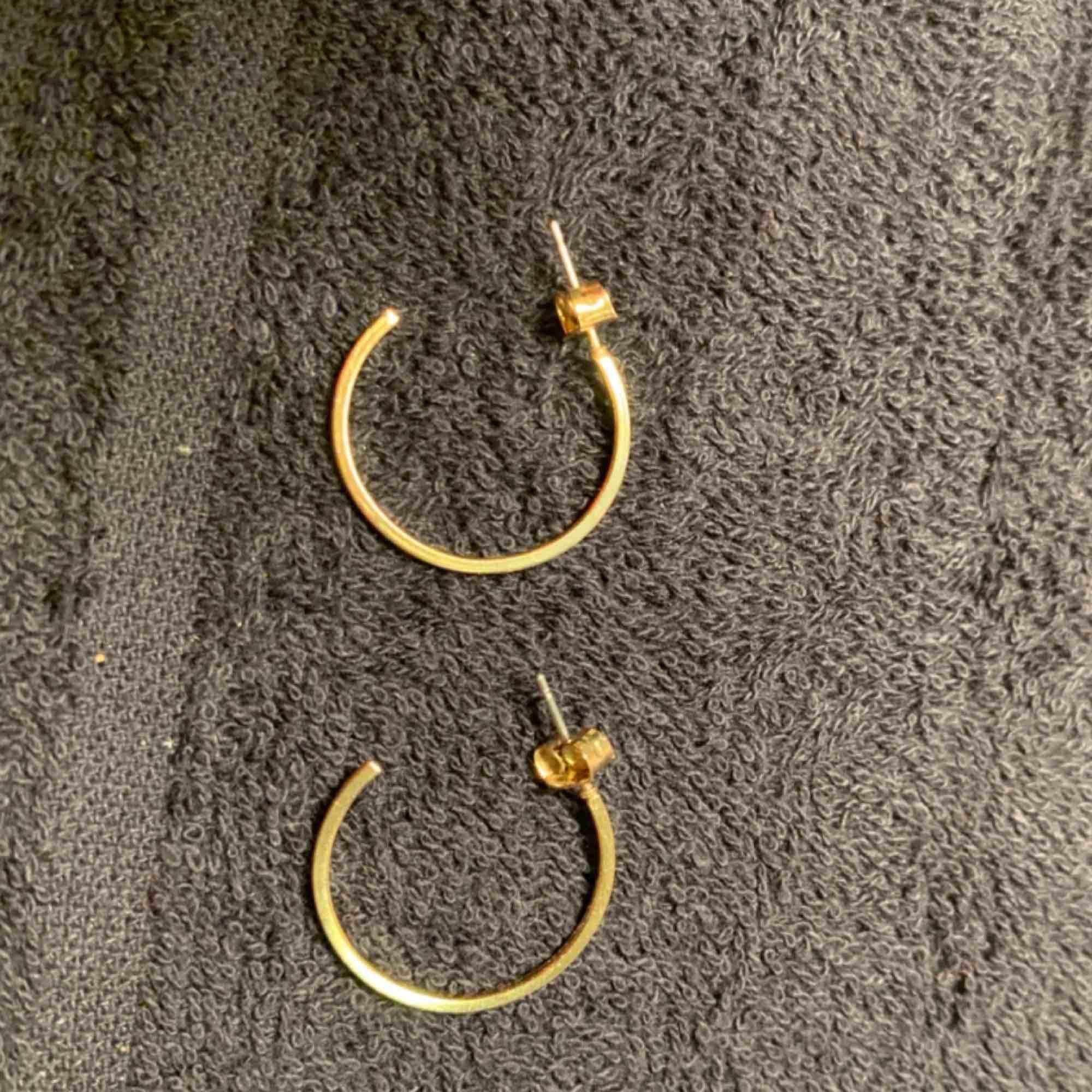 Första bilden: runda guld örhängen men diamanter i mitten: 50kr Andra bilden: runda guld örhängen: 30kr . Accessoarer.