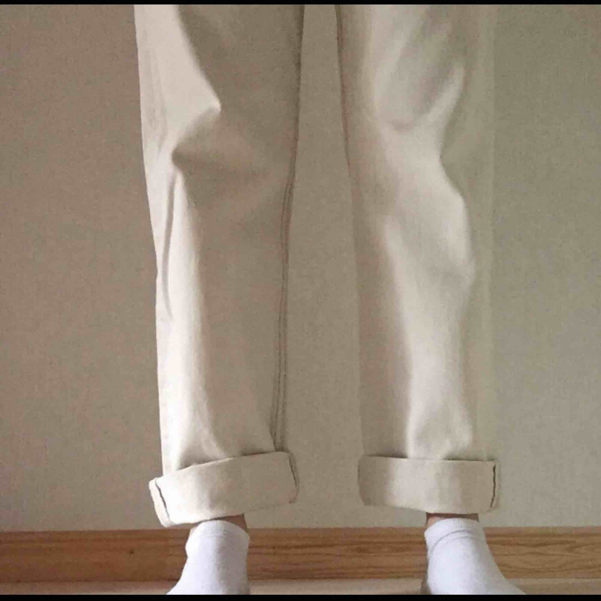 Beigea levis jeans från beyond retro Använda 3 gånger Midja, 87 cm Längd, 106 cm men går att vika upp Skulle säga att det är en medium Hör av er vid frågor! Priset är exklusive frakt, alltså betalar köparen för frakten . Jeans & Byxor.