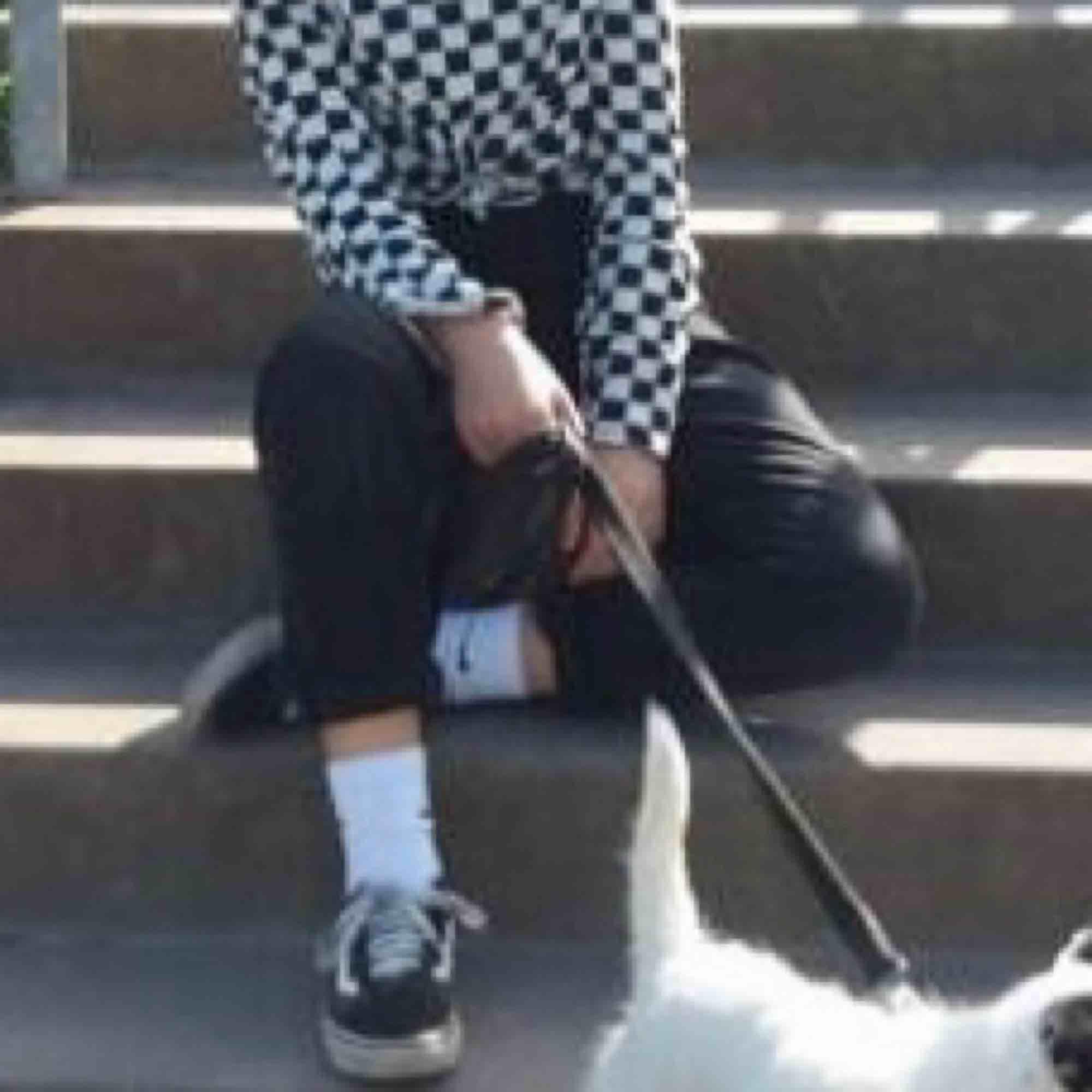 förlåt för suddig bild!! små i storleken! jättefina svarta momjeans, säljer pga att dom är lite försmå för mej. byxorna behövs vikas upp på mej (155 cm) . fin kvalitet🌸🥥🦒. Jeans & Byxor.
