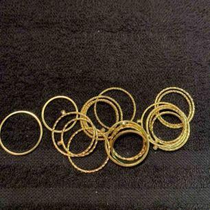 Både guld och silverringar i olika storlekar