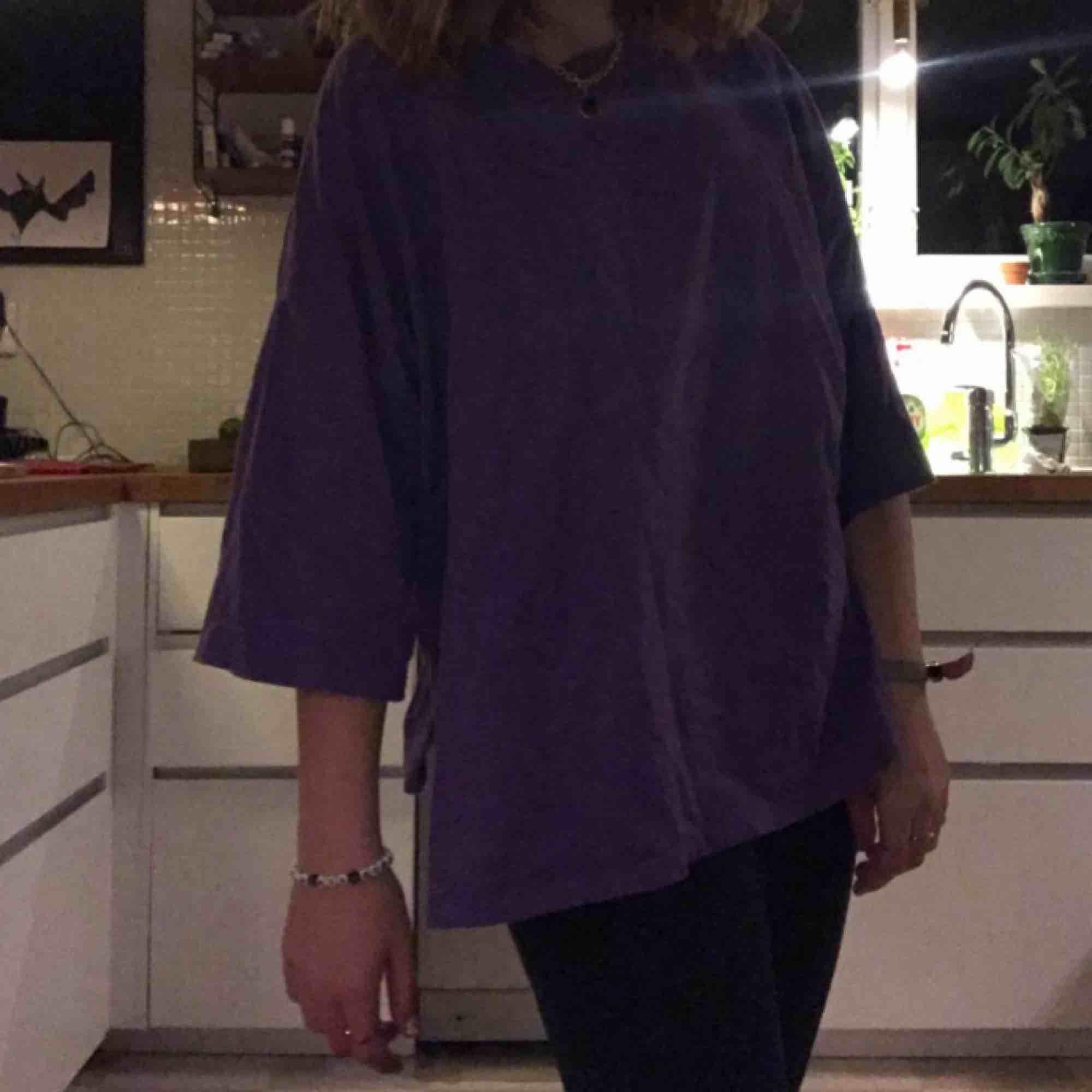 skitcool lila tröja från bikbok 🐝 säljer pga att jag intw har använt den så mycket. fin kvalitet🐬🧚🏻♀️🥴. T-shirts.