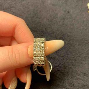 En ring kostar 50 och alla för 120kr Köparen står för frakten