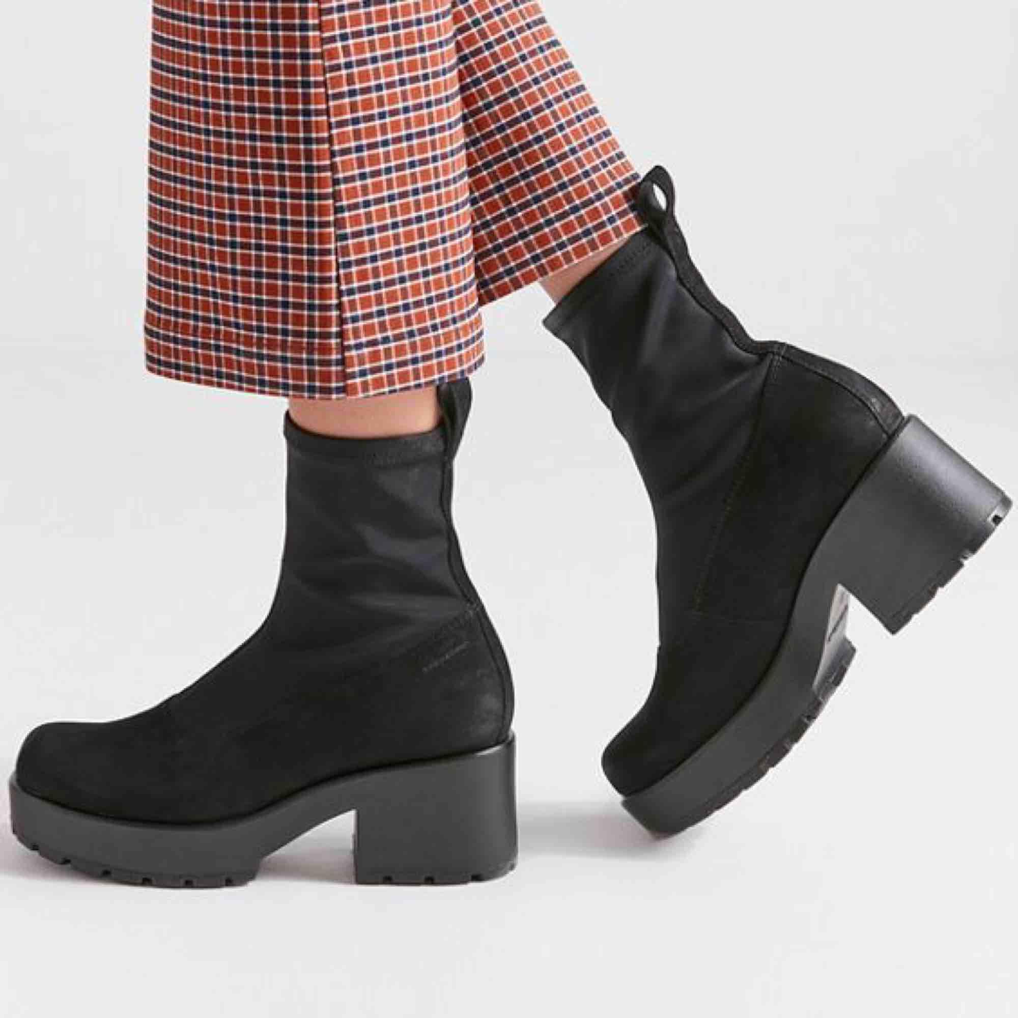 De perfekta bootsen Vagabond dioon stretch som köptes i våras men jag tyvärr måste sälja pga lite för stora för mig. Använda kanske 10 gånger men finns absolut inga flaws på dom. Frakt ingår i priset!🌟. Skor.