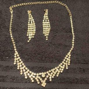 Ett sätt med halsband och örhängen perfekt till fina tillfällen, köparen står för frakten:)