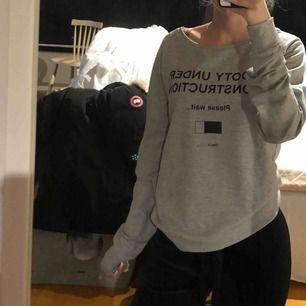 """Helt ny tröja från Only med texten """"Booty under construction"""". Storlek XS men passar S. Köparen står för frakten!🥰"""