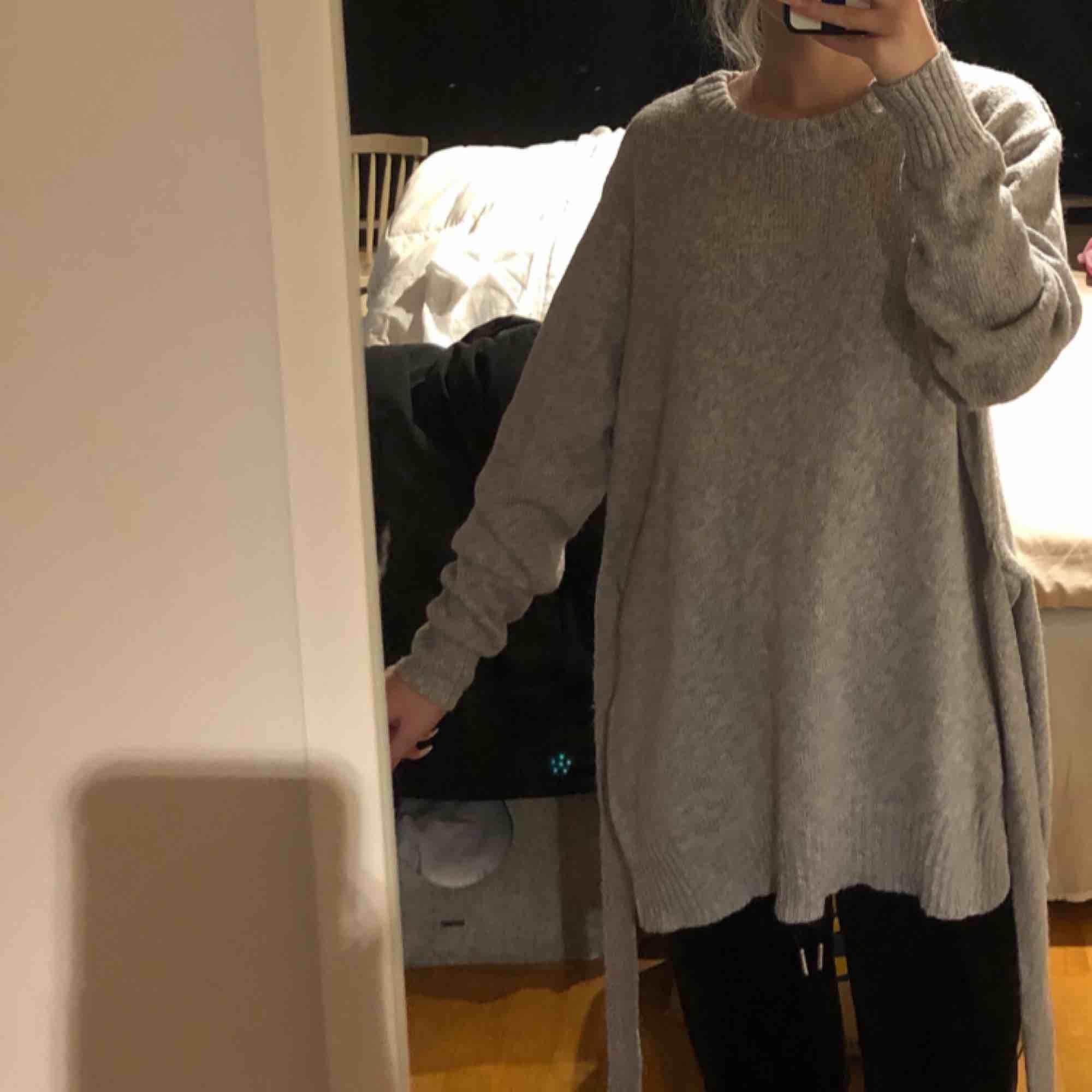 Stickad tröja som man kan knyta lite som man vill. Storlek L men passar många storlekar. Köparen står för frakten!🥰. Stickat.